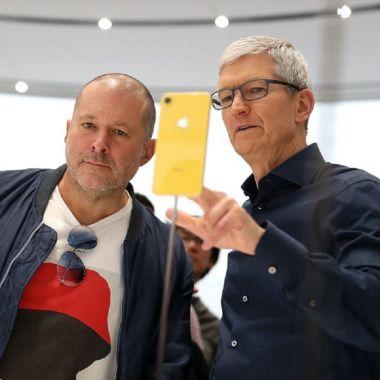 Jony Ive exjefe diseño de Apple y Tim Cook