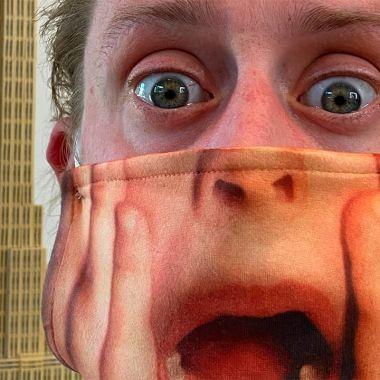 Macaulay Culkin con cubrebocas de Mi Pobre Angelito