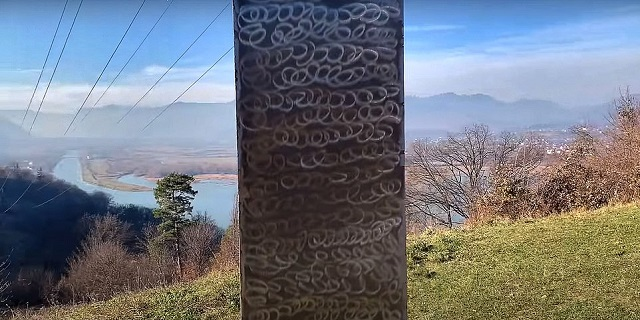 Monolito metálico en Rumania