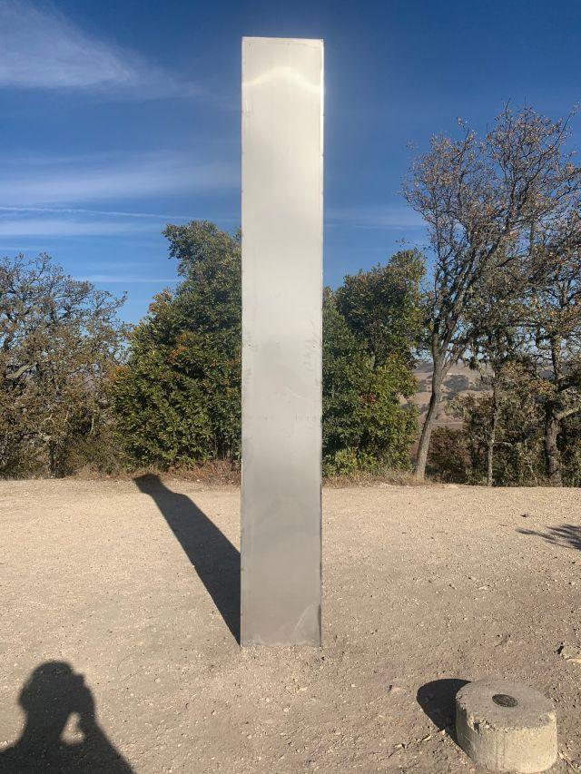 Hallan tercer monolito en California