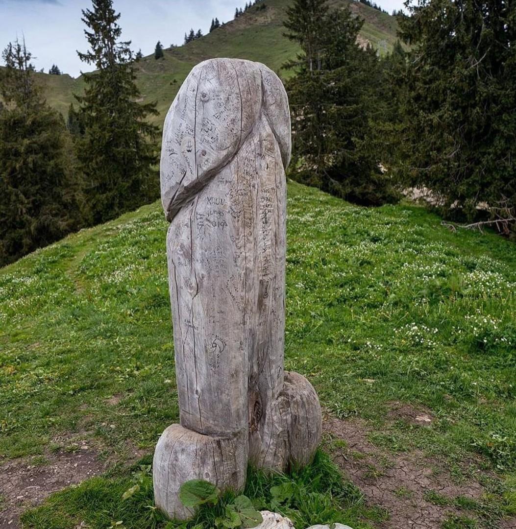Un monumento gigante con forma fálica desapareció en Alemania.
