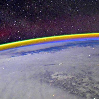Astronauta de la Estación Espacial Internacional muestra cómo se ve un arco iris desde el espacio