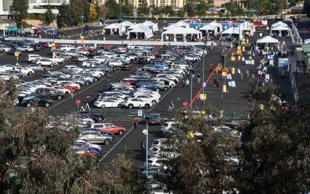Disneyland convierte su estacionamiento en centro de vacunación contra Covid-19