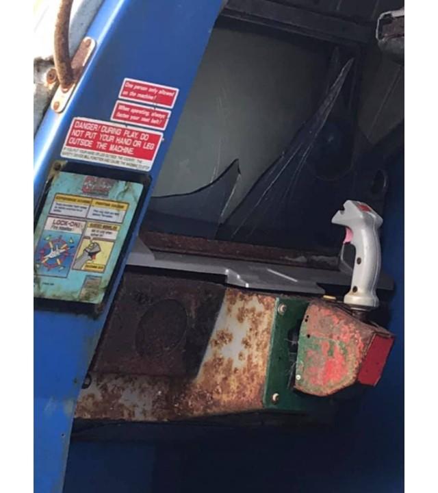 Encuentran una especial cabina de arcade de Sega deteriorándose a mitad del campo