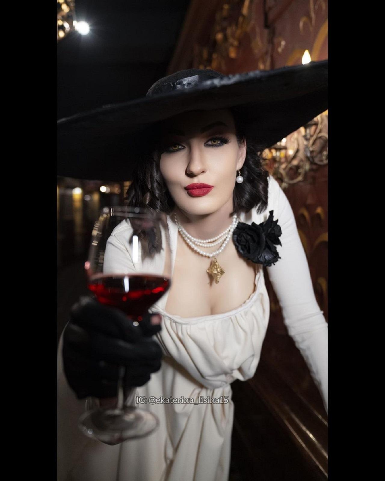 Lady Dimitrescu Cosplay Yekaterina Lisina Resident Evil Estatura