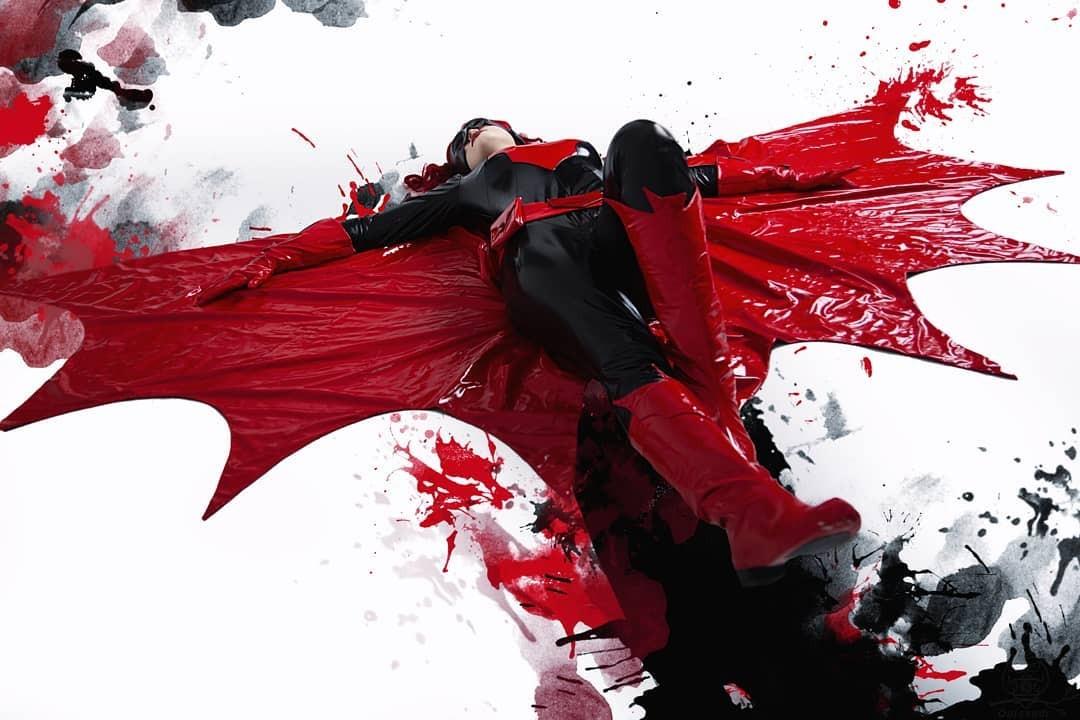 DC Comics: Chica rinde tributo a Batwoman con un cosplay impactante