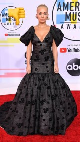Rita Ora: look sobrio de vestido corte sirena en color gris Oxford de Giambattista Valli