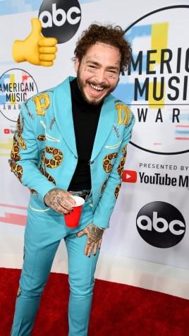 Post Malone: traje azul celeste con estampado Animal en el saco
