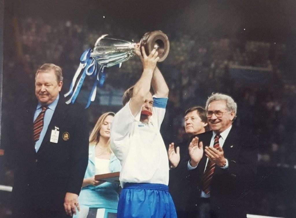 Miguel Pardeza alza la Copa