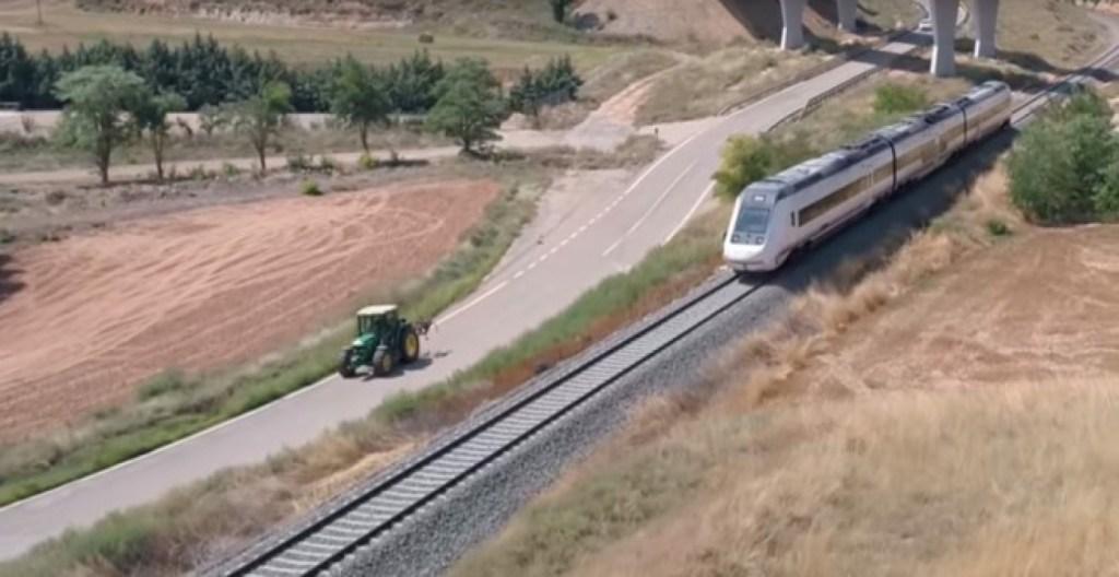 """El tren """"Tamagochi"""" de Teruel adelantado por un tractor."""