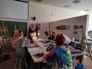 Los alumnos del bachillerato de artes del IES Bajo Aragón, realizando una práctica en el taller /Fuente: E.P.
