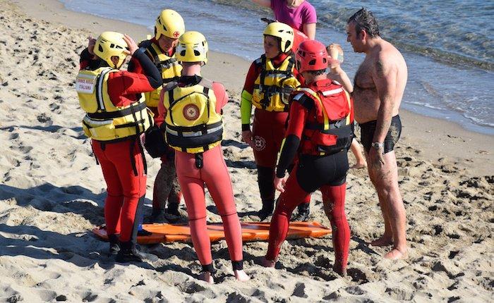 29 luglio Marina di Pisa, i volontari della Croce Rossa Luino in spiaggia