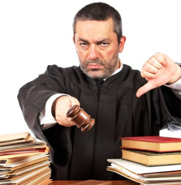 juez enojado