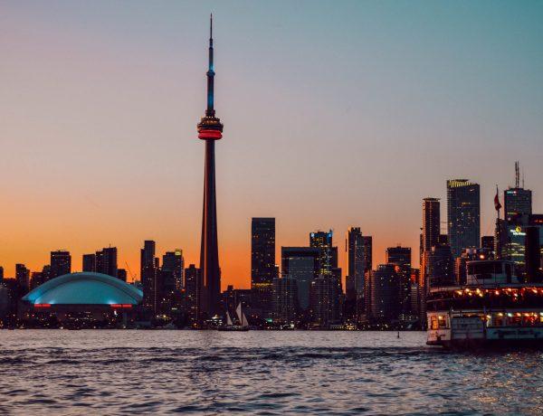 La skyline de Toronto depuis Toronto Island au coucher du soleil