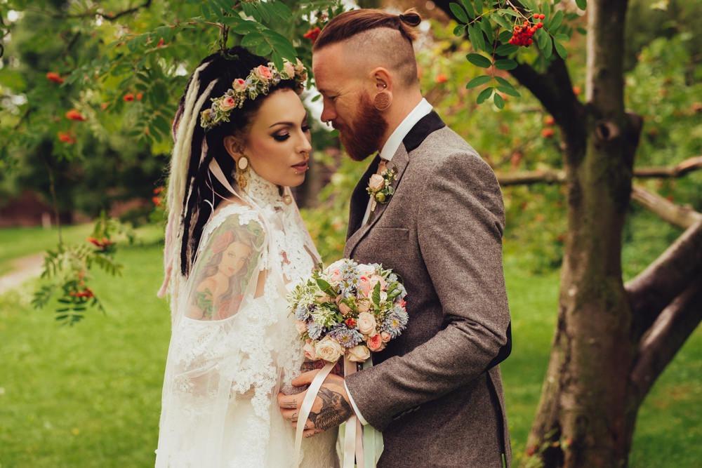 Alternatives Brautpaar mit Tattoos, Dreadlocks und Untercut feiert ihre Vintage Hochzeit in Zoos.