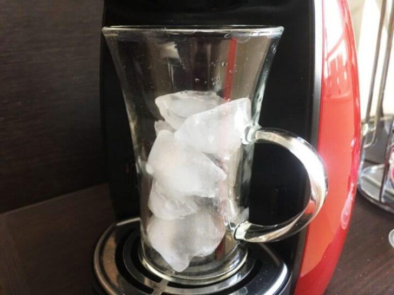コーヒーカップには氷を入れておきます