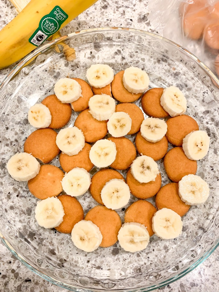 nilla wafers and bananas layered in glass pie pan