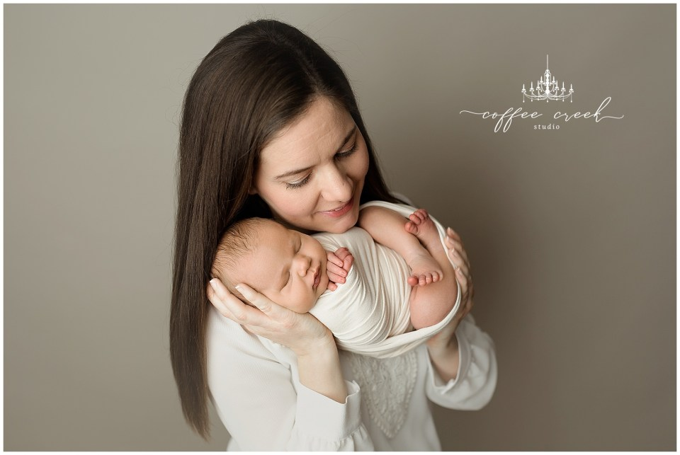 Indianapolis newborn photographer mother and baby pose