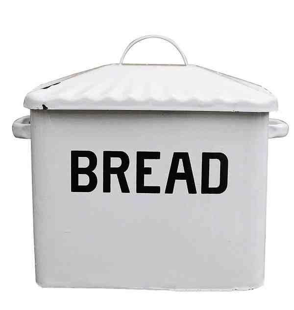 White Metal Bread Box #farmhousekitchen #fixerupperstyle #farmhousestyle