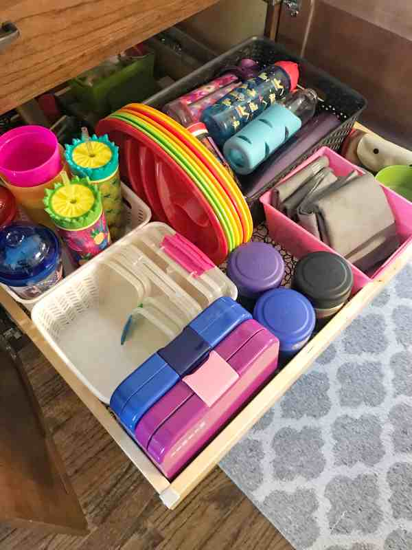 Store all of your lunch packing containers in an easy to reach cabinet for the kids #schoollunch #backtoschool #tips