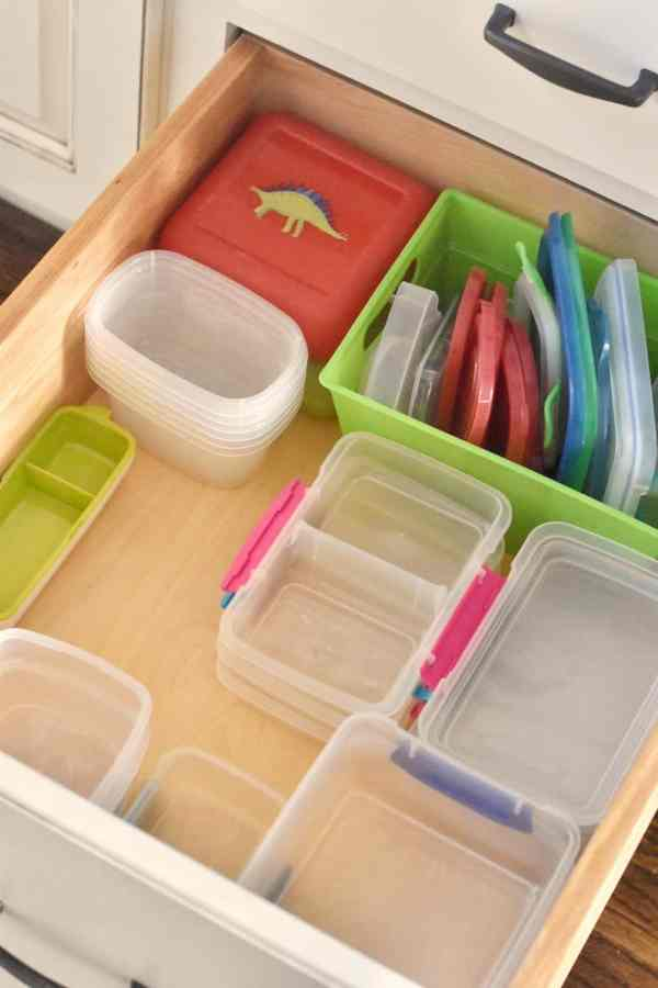 Pick one shape style for your Tupperware to eliminate clutter #kitchenorganization #organizationtips #decluttering