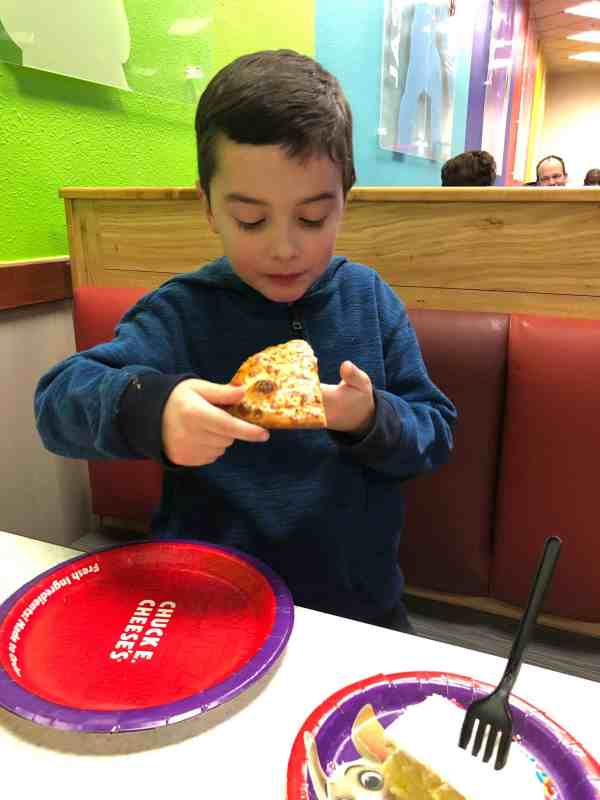 What to eat at Chuck E. Cheese's #sponsored #menu #food