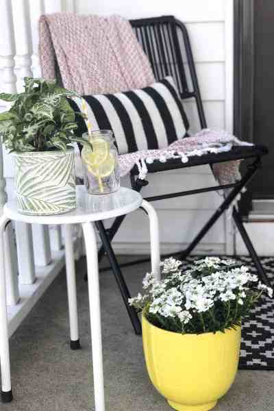 Front Porch Makeover for under $100 #smallporch #frontdoordecor #entryway #springoutdoordecor #diy