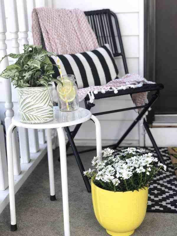 Front Porch Makeover for under $100 #smallporch #frontdoordecor #entryway #springoutdoordecor #diy