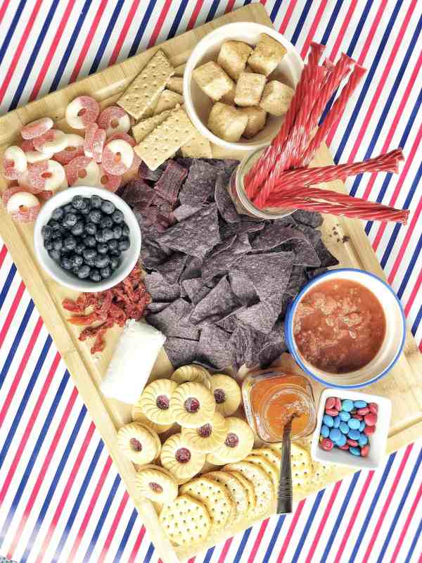 how to make a patriotic themed charcuterie board #memorialday #4thofjuly #easyappetizers #fingerfoods