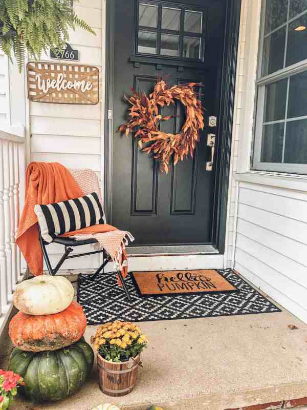 Decorating a small front porch for fall #falldecorating #frontdoor #frontporch