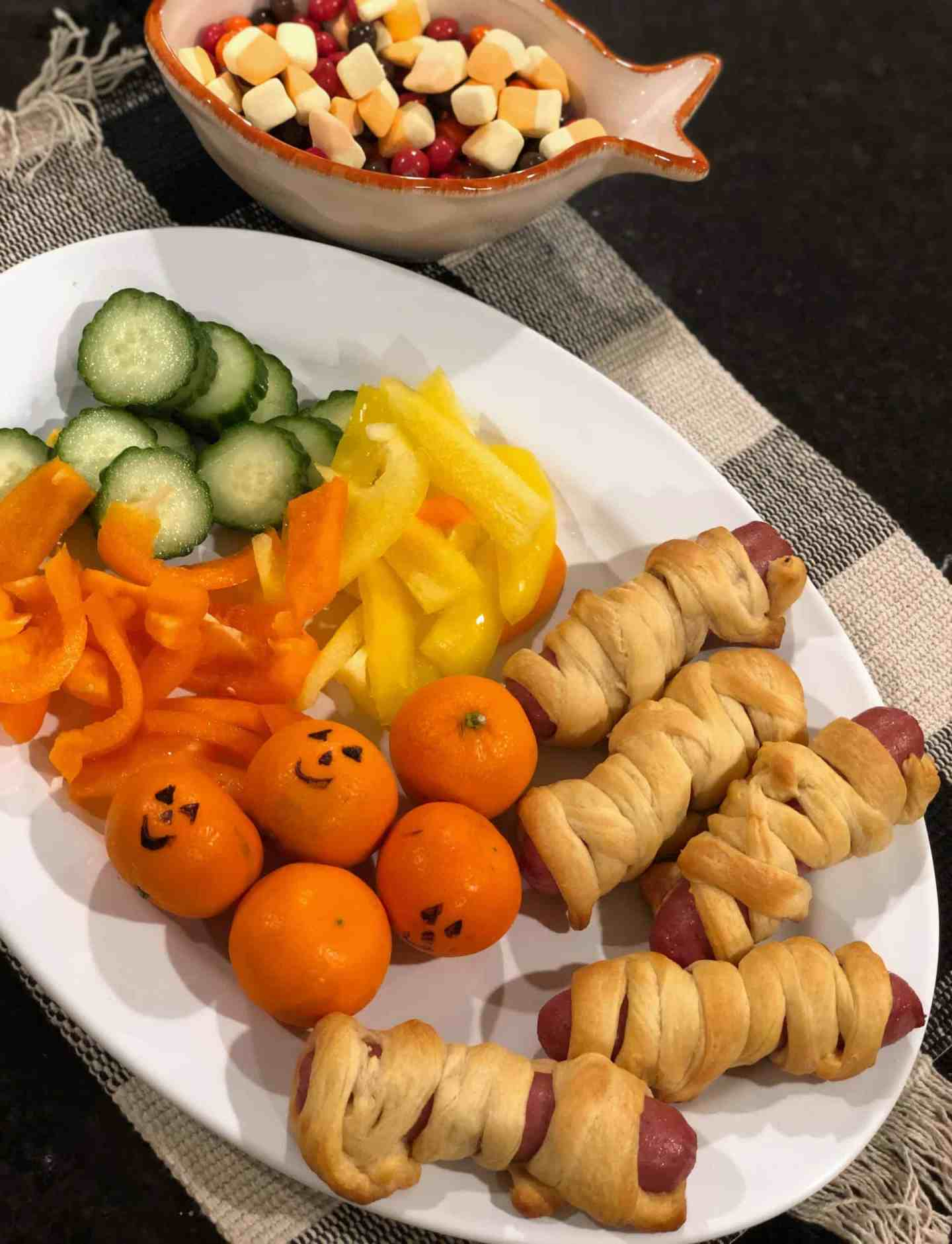 Mummy Hot Dogs #halloween #dinnerideas #snackplatter #kids
