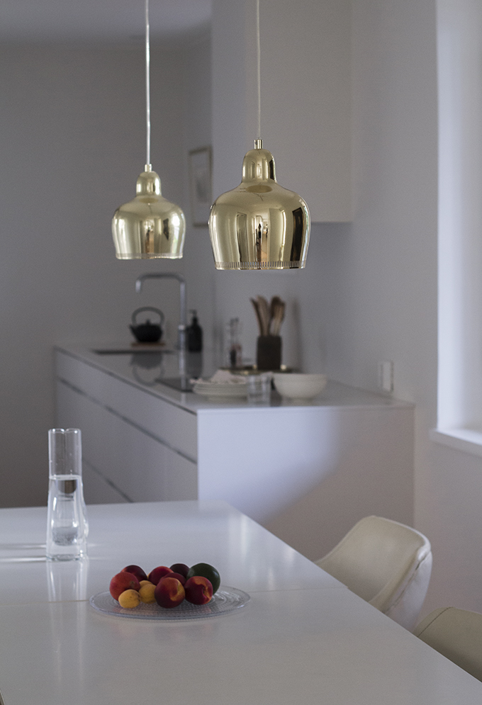 Kitchen Kvik Mano, walls Farrow & Ball Strong White, Artek Golden Bell