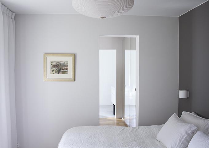 Makuuhuone täydellinen harmaa maalisävy Balmuir mohairviltti pellavalakanat Mole's Breath Farrow & Ball Vitra Akari riisipaperivalaisin