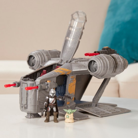 STAR WARS MISSION FLEET RAZOR CREST OUTER RIM RUN Figure and Vehicle 2-Pack - lifestyle 1