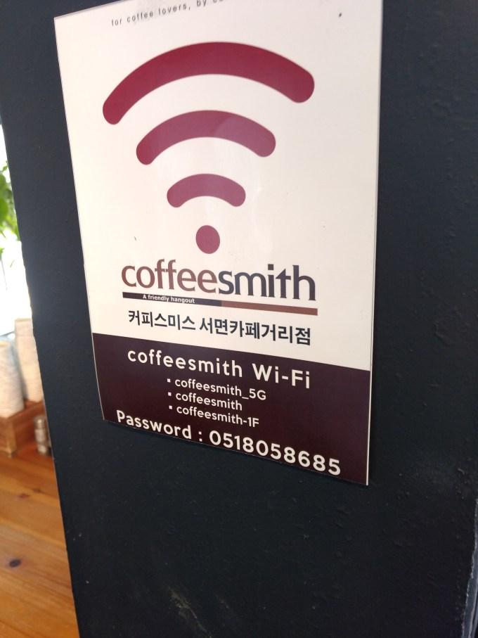 ほとんどのカフェはレジ付近や店内にこのようなWi-Fiのパスワードの案内が書いてある。レシートなどにも書いてある場合もあるので訪れた際はよく見て見ましょう!