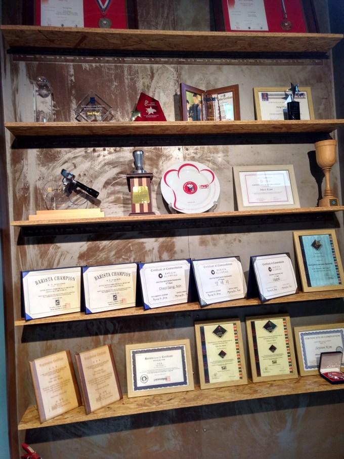 店の中でもバリスタとしての受賞歴などがある店舗も多くある。 やはりバリスタとして大成しているカフェはコーヒーに対するこだわりが一段と強い。