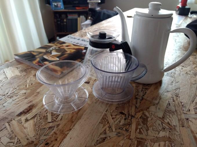 ドリッパーの代表的な形は円錐型と台形型。 どちらも現在のコーヒー界では同じくらいのシェア率を誇っている。