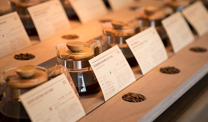 自宅で淹れるコーヒー豆の購入は『通販』が断然おすすめ! 実店で買うよりも安定した鮮度で手に入れられるのが最大のメリット! 出典:https://www.rococo-coffee.co.jp