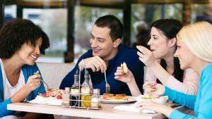 друзья едят в ресторане