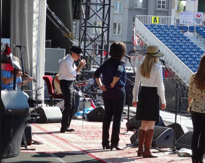 Leonard Cohen, Sharon Robinson, and 3/4 of Webb Sisters at soundcheck