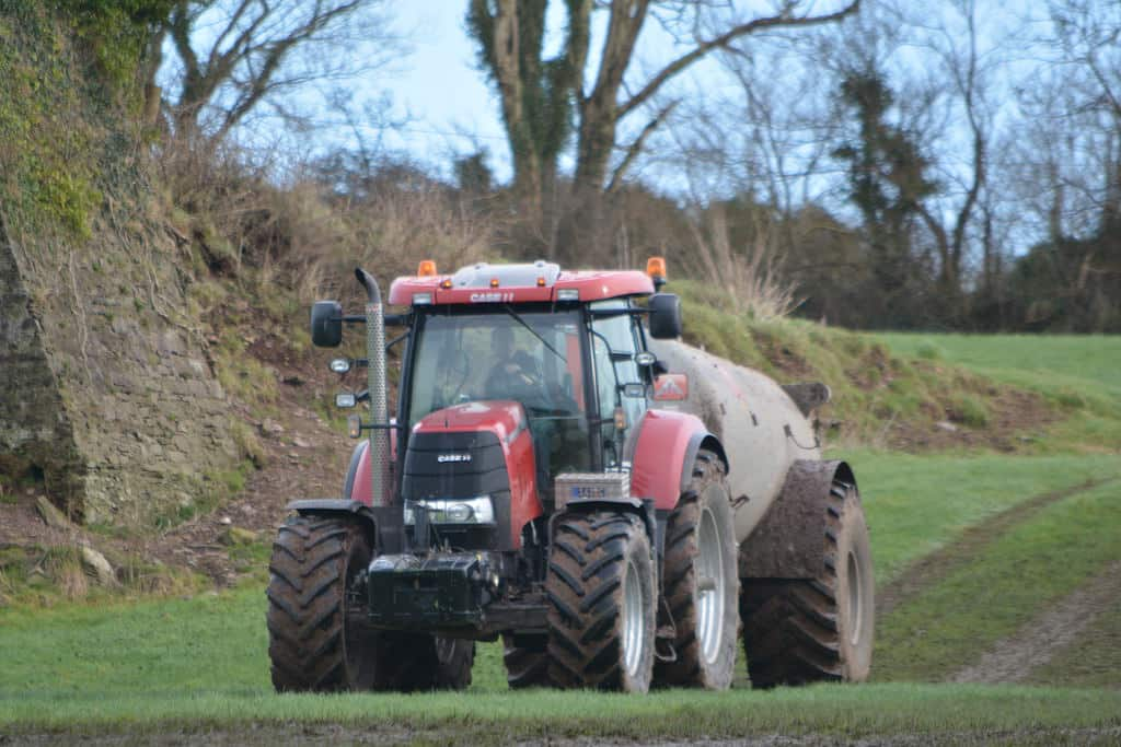 tractor-slurry-tank-in-filed