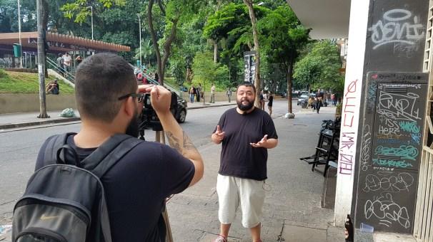 Robson Bravo filmando Luiz Yassuda na Praça Roosevelt.