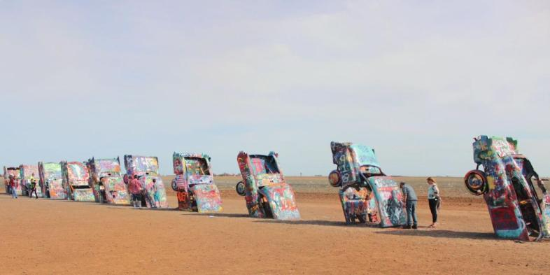 A longa fileira de carros grafitados e enterrados no chão do Cadillac Ranch em Amarillo, Texas
