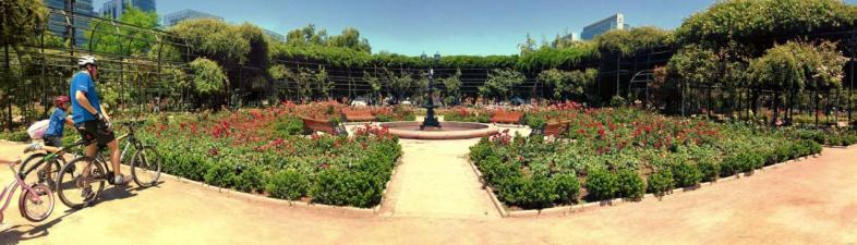 Panorâmica do rosedal do Parque Araucano em Santiago do Chile
