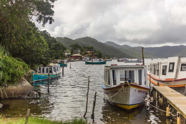 A costa da Lagoa da Conceição está repleta de embarcações de pesca e transporte