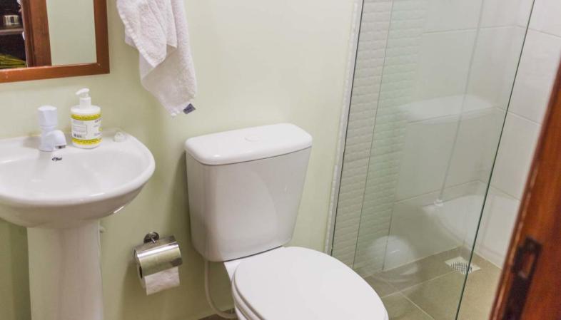 Na Aldeia Container em Florianópolis, o banheiro tem box e ótimo chuveiro