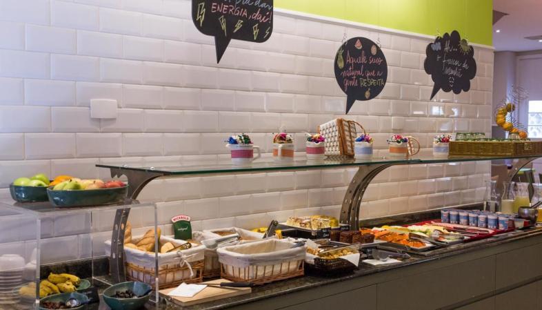 Hotel bom e barato em Curitiba - Ibis Styles Centro Cívico - Café da manhã farto e variado
