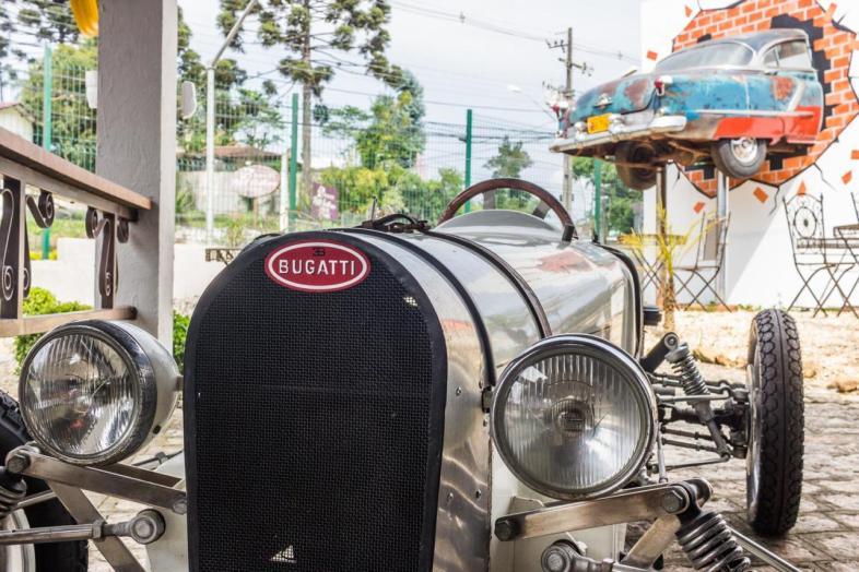 Bugatti clássico na área externa do museu Curitiba Antique Car.