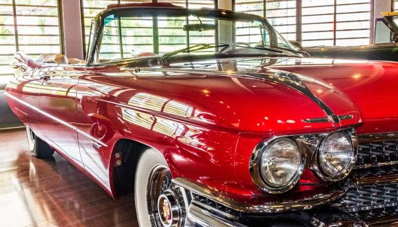 Cadillac Eldorado 1959 vermelho, símbolo do design da época, exposto no Curitiba Antique Car