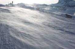 Mocne powiewy wiatru rozdmuchują śnieżną pokrywę
